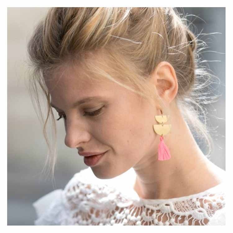 Boucles d'oreilles dorées et pompon rose fluo Séraphine Bijoux